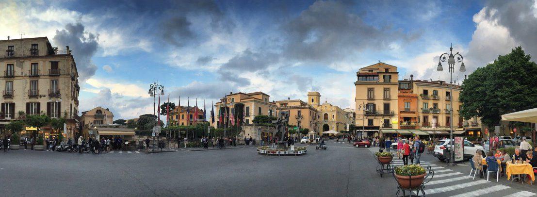 O clima da noite em Sorrento, por um lado, estava muito lotado, por outro lado, um pouco como no filme