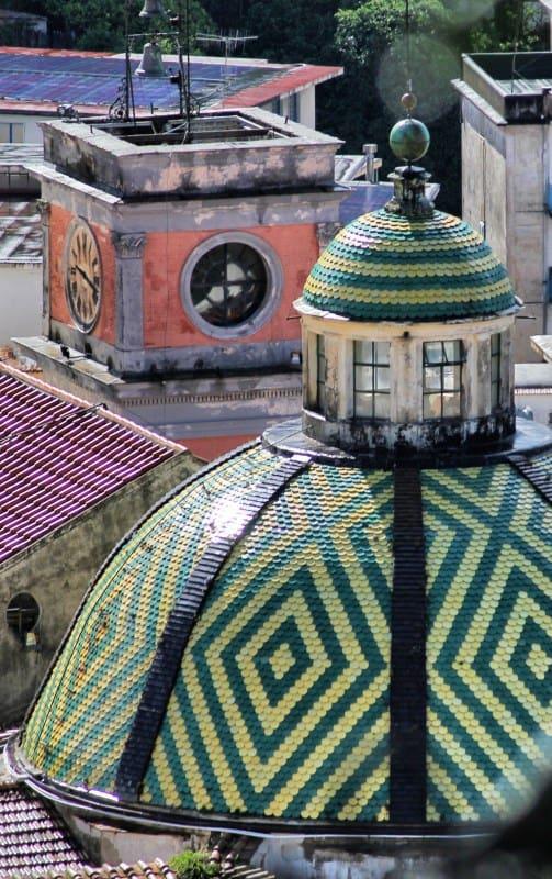 Amalfiküsten Wandern Die Kirche von Maiori mit Kirchturm und Kuppel