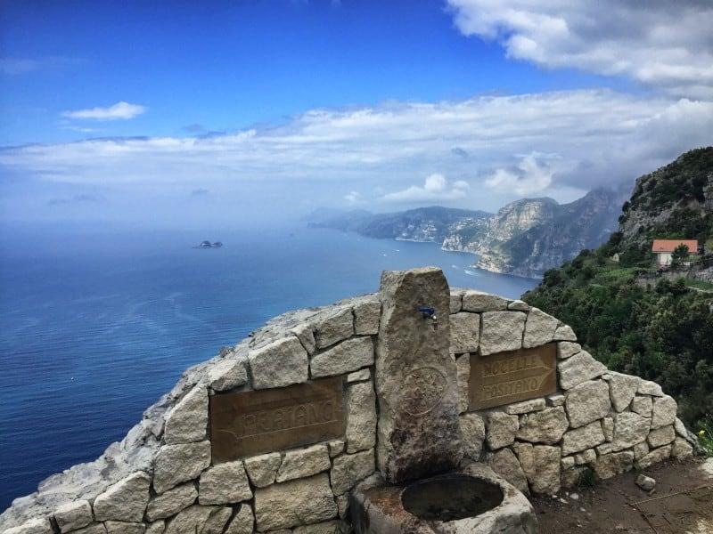 Brunnen mit Wegweiser auf dem Sentiero Degli Dei