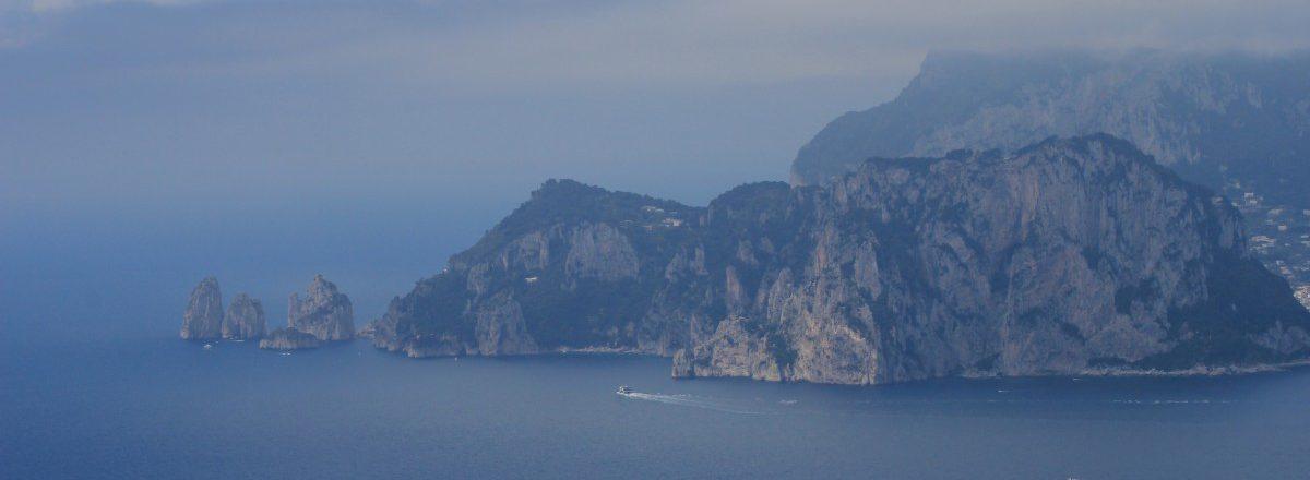 Capri aus der Ferne der CAI 300 bietet fantastische Ausblicke auf das im Meer schwebende Capri