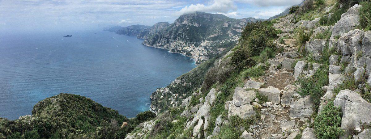 La vista del Sentiero Degli Dei su Positano e l'intera Costiera Amalfitana verso Capri