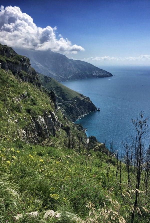 Die Amalfiküste von oben in der Ferne erkennt man den Ort Vettica Maggiore