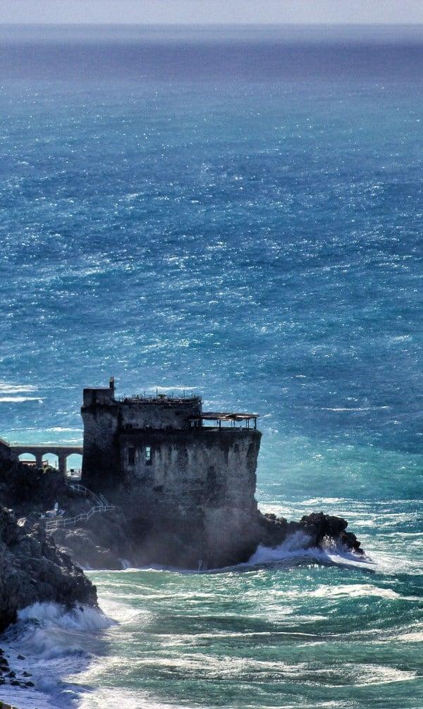 Die Torre Normanna von Maiori in der Brandung 1