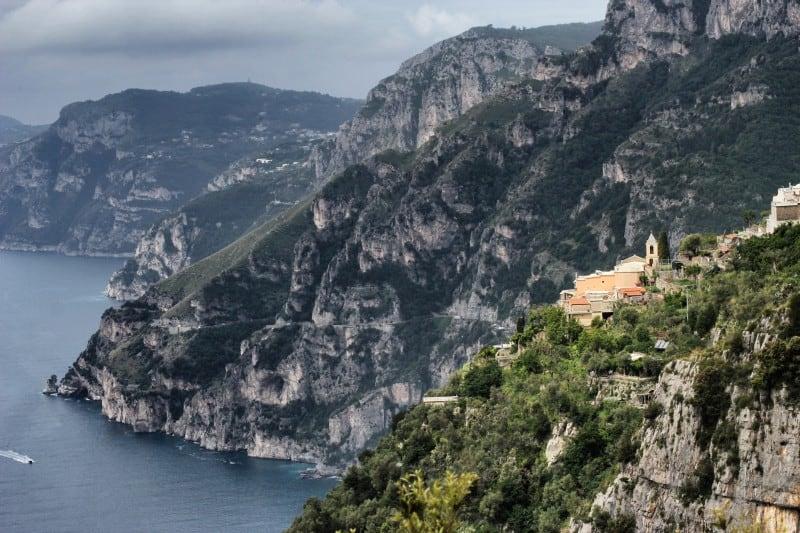Nocelle con il piccolo campanile è la fermata del Sentiero Degli Dei