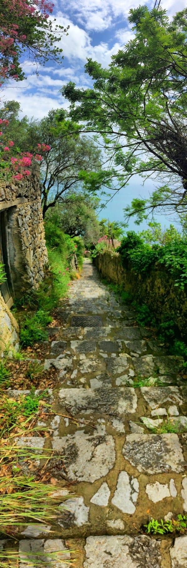 Wandern an der Amalfiküste Etappe 3 typischer Treppenweg mit tausenden von Stufen