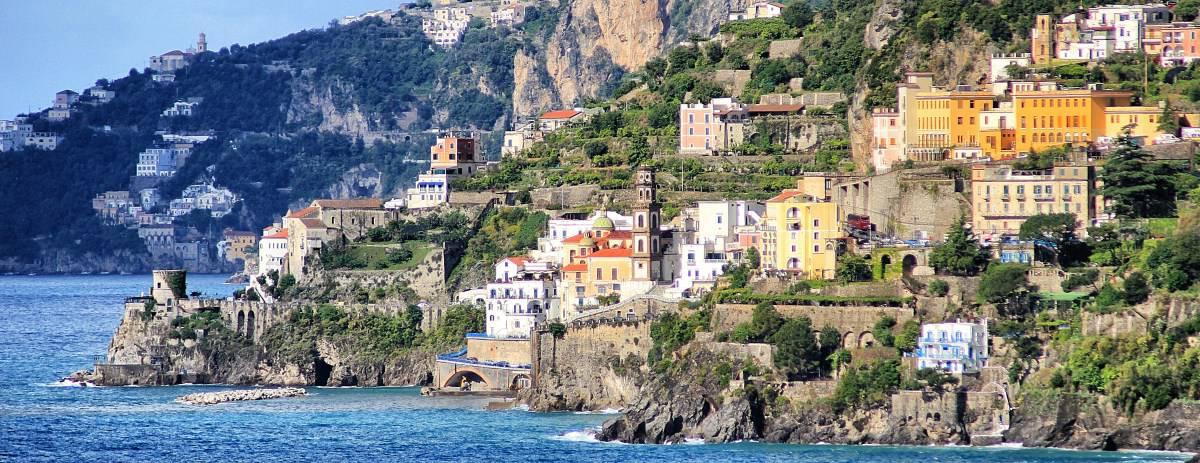 Wanderweg an der Amalfiküste Etappe 2 Ausblick auf das heutige Zwischenziel Atrani